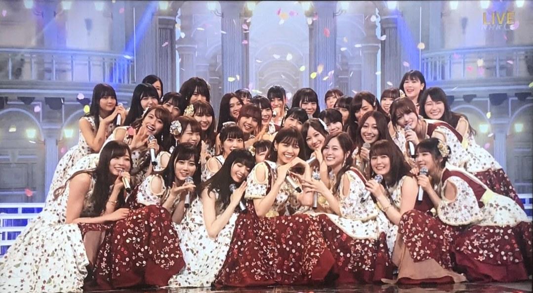 乃木坂46衣装の坂道-2018紅白歌合戦「帰り道は遠回りしたくなる」歌唱衣装